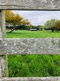 Lantgård till och med staketet arkivfoto