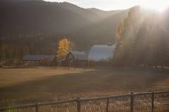 Lantgård vid berget Royaltyfria Bilder