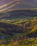 Lantgårdar och hus i Shenandoahet Valley som ses i den Shenandoah nationalparken, Virginia. Arkivfoton