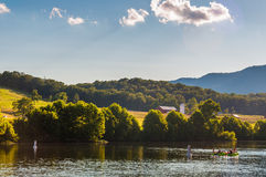 Lantgårdar och kullar längs den Shenandoah floden, i Shenandoahen Va Arkivbild