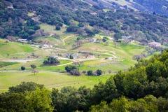 Lantgårdar på kullarna av södra San Francisco Bay arkivbilder