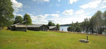 Lantgårdbyggnader en äng i kulturellt reservområde Gallejaur i Norrbotten, Sverige royaltyfri fotografi