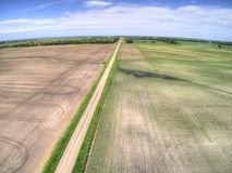 Lantgårdfält i lantliga North Dakota, Amerikas förenta stater arkivfoton