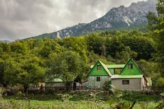 Lantgårdhus i albanian fjällängar, norr Albanien royaltyfri bild