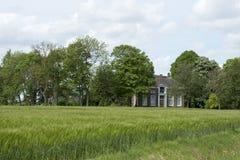 Lantgårdhus i norden av Nederländerna Arkivbilder