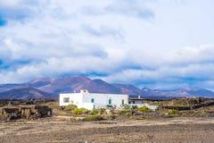 Lantgårdhus i vulkaniskt område i Lanzarote royaltyfria bilder