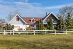 Lantgårdhus och trädgård Arkivfoto