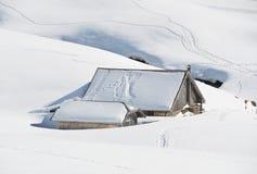 Lantgårdhus som begravas under snow Arkivfoto