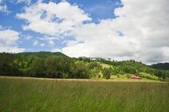Lantgårdland med en röd ladugård Royaltyfria Foton