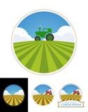 Lantgårdtraktor och grönt fält av korn Arkivfoton