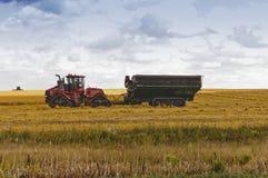 Lantgårdtraktor och kornvagn Arkivfoton