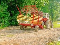 Lantgårdtraktor och släp Arkivfoto