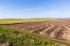 Lantgård skördat landskap Arkivfoton
