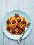 Lantlig amerikansk italiensk köttbullespagetti Royaltyfri Foto