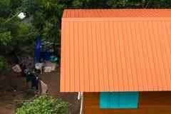 Lantlig apelsin för nytt zinktak Arkivfoto
