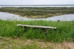 Lantlig bänk som förbiser den engelska breda flodmynningen Arkivbilder