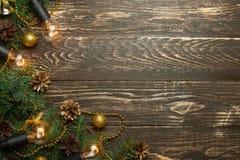 Lantlig bakgrund för jul - gammalt träbräde med panelljuset och filialer av en julgran och en shyshkami och ett utrymme för fri t royaltyfri bild