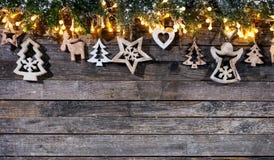 Lantlig bakgrund för jul med trägarnering fotografering för bildbyråer