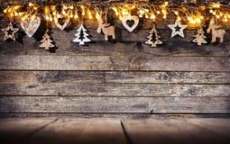 Lantlig bakgrund för jul med trägarnering arkivfoton