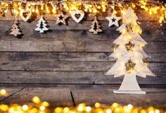 Lantlig bakgrund för jul med trägarnering royaltyfri foto