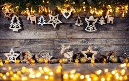 Lantlig bakgrund för jul med trägarnering arkivfoto