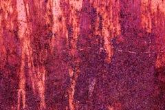 Lantlig bakgrund för röd stålvägg med skalningsmålarfärg arkivfoton