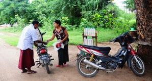 Lantlig bensinstation i Bagan, Myanmar Arkivfoton
