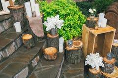 Lantlig bröllopdekor, dekorerad trappa med stubbar och blommor Royaltyfria Bilder