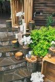 Lantlig bröllopdekor, dekorerad trappa med stubbar och lila arr Arkivfoto
