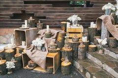 Lantlig bröllopdekor, dekorerad trappa med stubbar och lila arr Royaltyfria Bilder