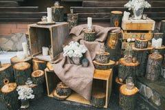 Lantlig bröllopdekor, dekorerad trappa med stubbar och lila arr Royaltyfri Foto