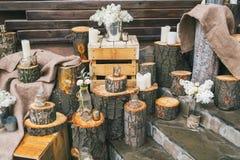 Lantlig bröllopdekor, dekorerad trappa med stubbar och lila arr Royaltyfri Bild
