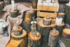 Lantlig bröllopdekor, dekorerade stubbar med rosor i flaskan Arkivfoton