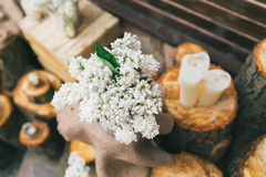 Lantlig bröllopdekor, lila ordning på stubben Arkivfoto