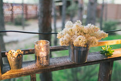 Lantlig bröllopdekor, upplyst hyllaställning med lilan och suc Arkivbild