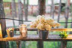 Lantlig bröllopdekor, upplyst hyllaställning med lilan och suc Arkivbilder