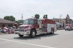 Lantlig brandstationlastbil för svart liten vik Arkivfoto