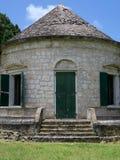 Lantlig byggnad med det koniska taket Arkivbilder