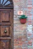 Lantlig dörröppning med en växtgarnering och ett nummer 9 arkivbilder