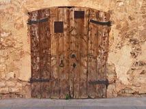 Lantlig dörr i ett forntida hus och stad Royaltyfri Foto