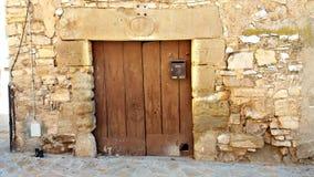 Lantlig dörr i ett forntida hus och stad Royaltyfri Fotografi