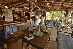 Lantlig dräkt för Myanmar stilrestaurang royaltyfri foto