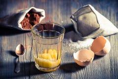 Lantlig efterrätt som göras av äggulor, socker och kakao Arkivfoton
