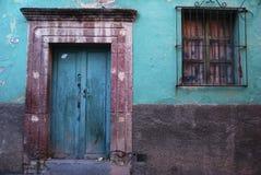 lantlig färgrik dörr royaltyfri bild