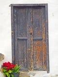 Lantlig flagig svart dörr i Fuerteventura med blomkrukan Arkivbilder