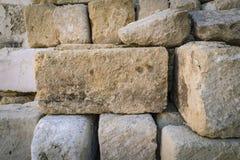 Lantlig forntida handcrafted buntstenvägg i Matera, Italien Royaltyfri Bild