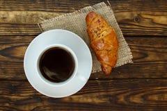 Lantlig franska Kopp av varmt kaffe och en giffel på en trätabell Fotografering för Bildbyråer