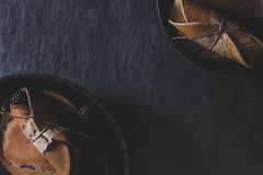 Lantlig frukost med chokladpannkakor i rostiga småfiskpannor på da Arkivbild