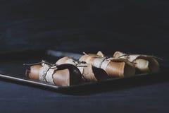 Lantlig frukost med chokladpannkakor på rostiga wi för metallplatta Royaltyfri Foto