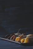 Lantlig frukost med chokladpannkakor på skrapat blackboar Royaltyfria Foton
